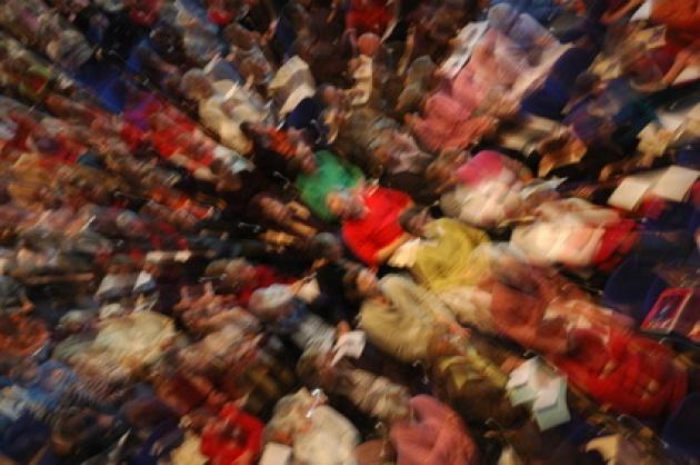 Eine Menschenmenge, künstlerisch verzerrt