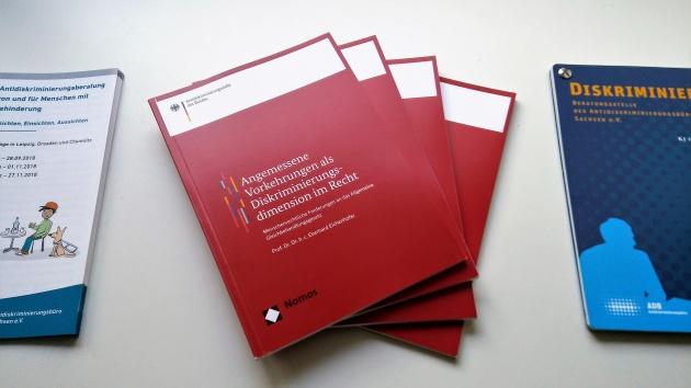 Cover der Broschüre Angemessene Vorkehrungen