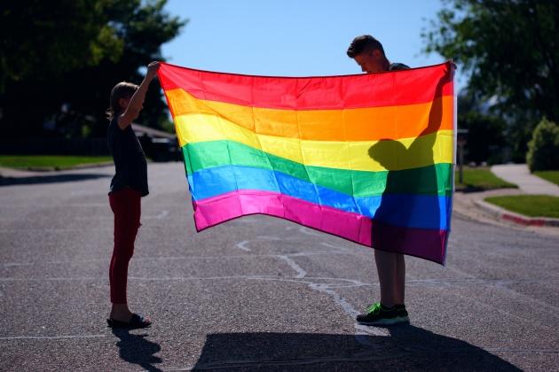 Kind und Mutter mit Regenbogenflagge